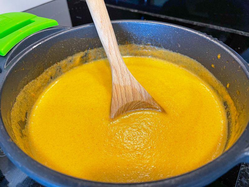 Receta de francesinha: es el momento de dejar reducir la salsa