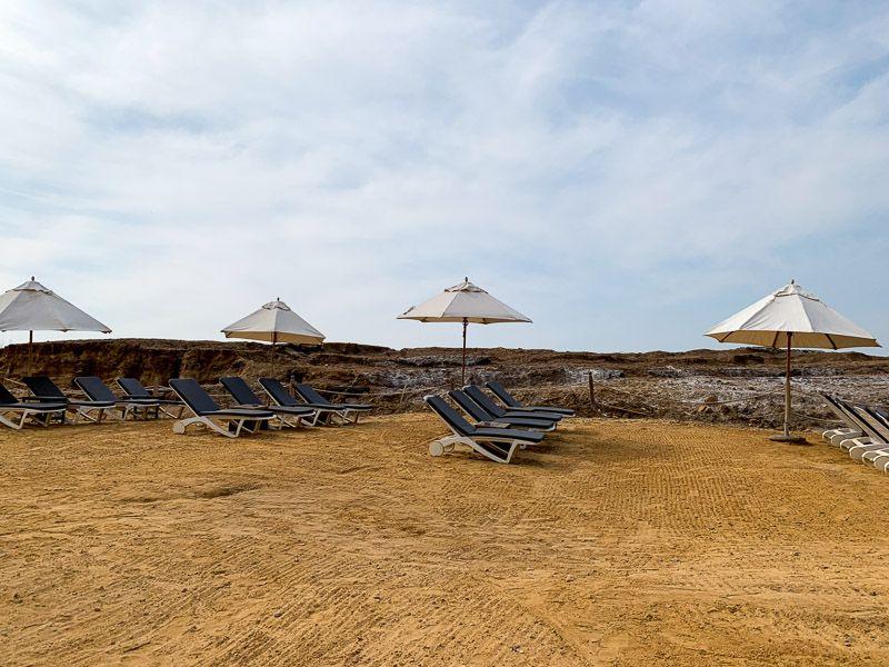 Bañarse en el Mar Muerto en Jordania: playa de hotel Kempinski