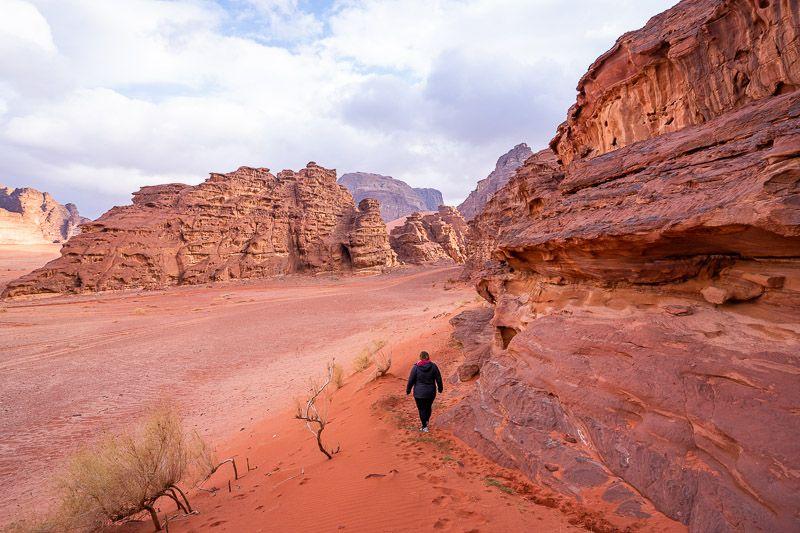 Dormir en una burbuja en Wadi Rum: paseando al atardecer por el desierto