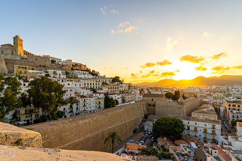 Qué ver en Ibiza ciudad: atardecer en Dalt Vila